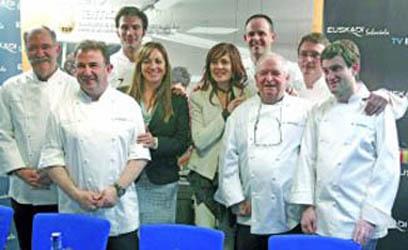 """CUL37. MADRID, 26/01/2012.- Los chefs vascos Subijana, Berasategui y Sener Gonz·lez, la directora de Turismo del Gobierno vasco, Isabel Muela, y la viceconsejera de Turismo vasco, Pilar Zorrilla, junto a los cocineros Josean Alija, Arzak, Andoni Luis Aduriz e IÒigo lavado, durante la presentaciÛn hoy, en Madrid FusiÛn, de """"Experiencias EnogastronÛmicas de Euskadi"""". EFE/Juan Carlos Hidalgo"""