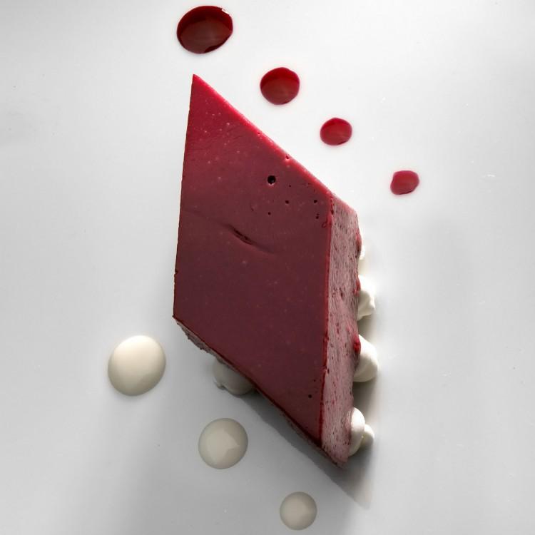 Crema-cuajada-de-moras-merengue-de-violetas-vino-tinto-y-yogur