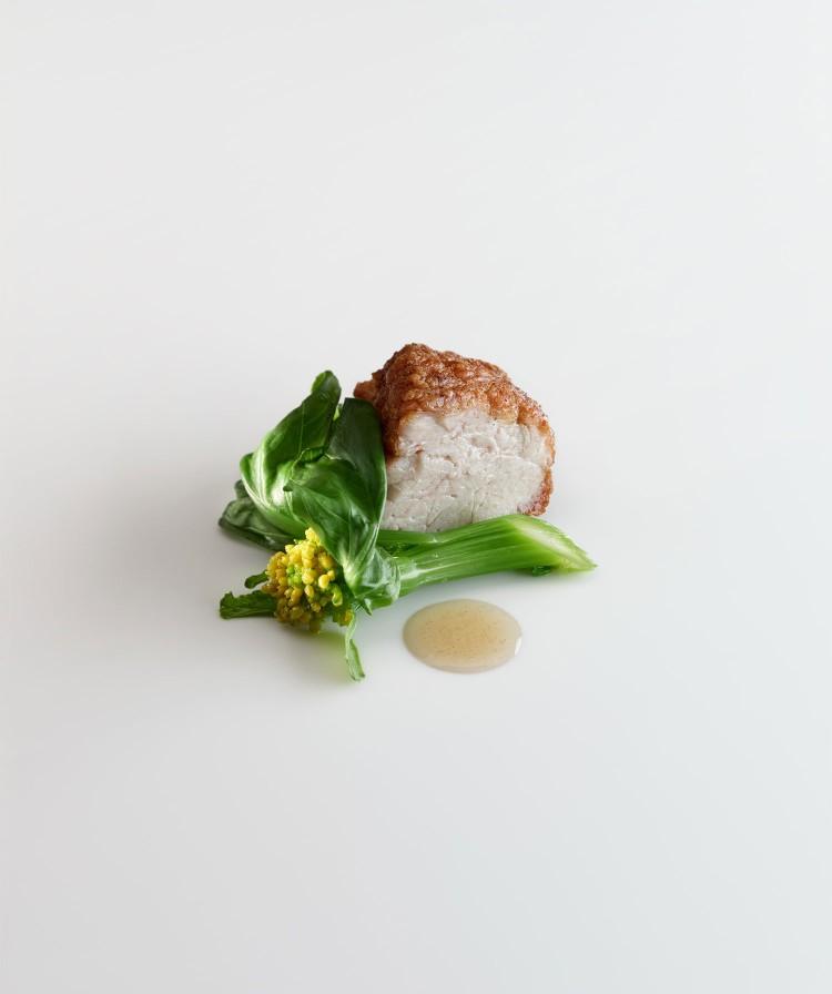 Molleja-de-ternera-asada-en-manteca-negra-hojas-de-brocoli-pimienta-y-nuez-moscada
