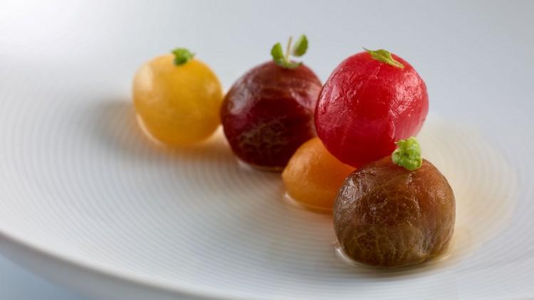 Tomate en salsa, hierbas aromáticas y fondo de alcaparras