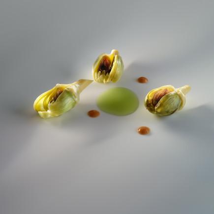 Alcachofas confitadas, café verde, fondo de jamón ibérico y hierbas aromáticas