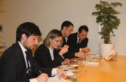 El equipo de sala prueba los platos de la nueva carta