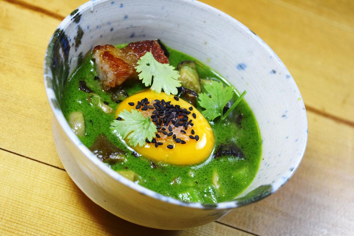 Yema de huevo de caserío, espárragos verdes, setas, curry verde thai y papada de cerdo ibérico. Bilbao