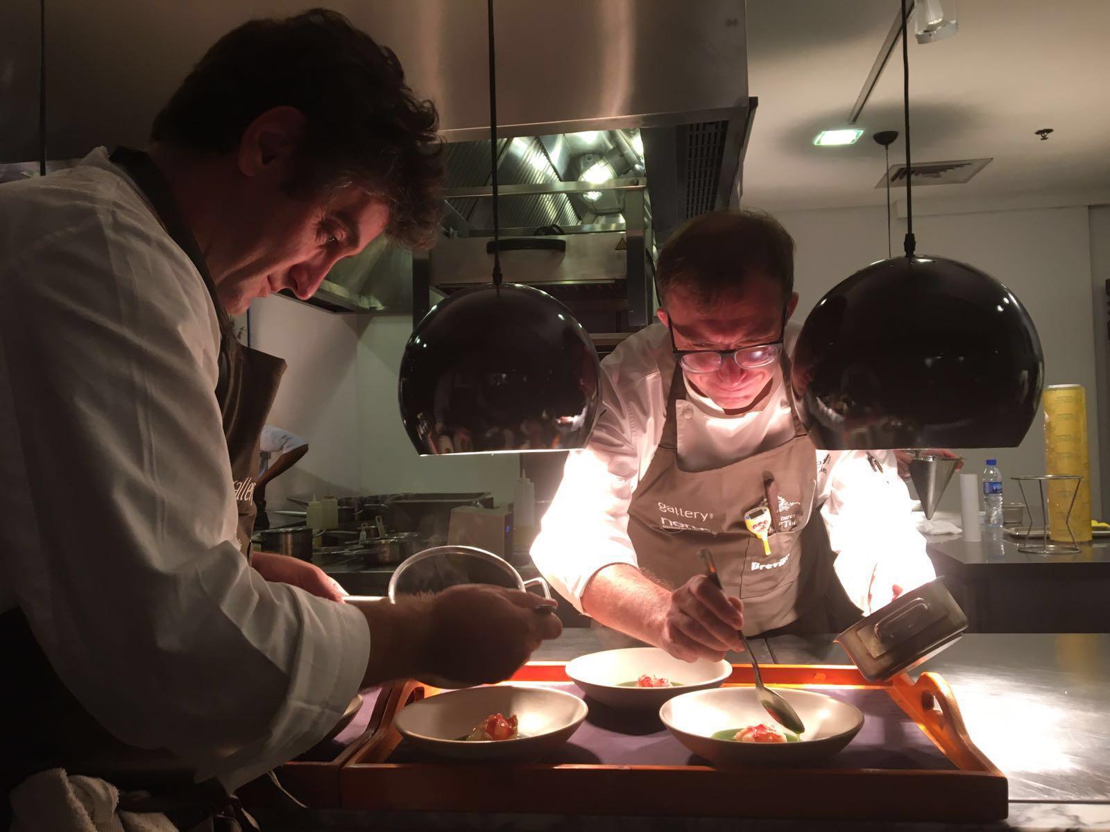 Cocinando con Chele en su restaurante Gallery Vask en Manila