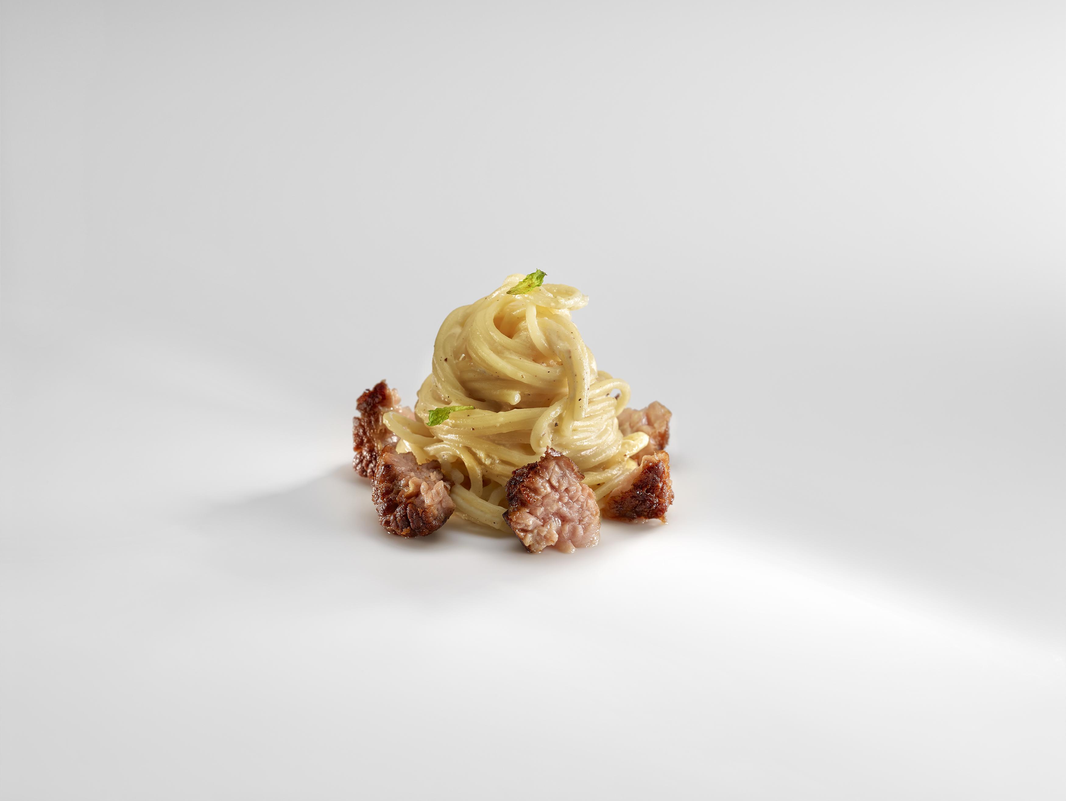 Carbonara con castañuela de cerdo ibérico y coco