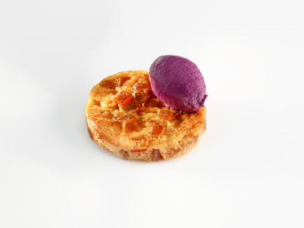 Flan de manzana y canela con helado de hibiscus